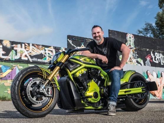 Geert van Hoof mit seiner umgebauten Harley-Davidson Night Rod