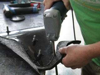 Maßarbeit: Das überstehende Polstermaterial wird mit einer Stichsäge abgeschnitten