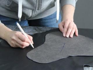 Copy and Paste: Die Sitzform wird mittels Vies auf den zukünftigen Lederbezug übertragen