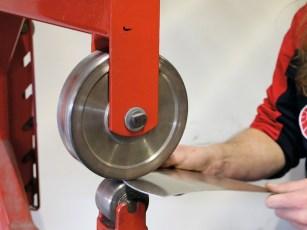 Am Englischen Rad entstehen die Rundungen sämtlicher Einzelteile, an der Dreirollenbiegemaschine einfache Biegungen und an der Kantbank die exakten Knicke des Tankbodens
