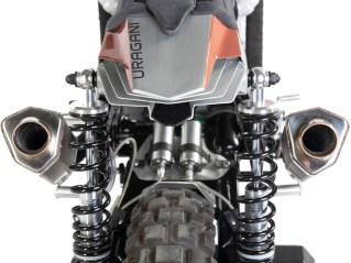 Die optisch leidliche Originalschwinge ersetzte Raffaele durch das Pendant einer Honda GL 650. Die beiden Stoßdämpfer erinnern an die langen Schlegel aus den Motocross-Bikes der 1970er Jahre