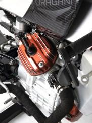Angedeutete Lufteinlässe aus Carbon entstanden in Raffaeles Werkstatt. Ebenso die Motorlackierung