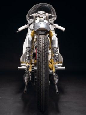 Hinter der großen Verkleidung steckt ein filigranes Motorrad. Der Heckrahmen ist gekürzt, die Aufnahmen für die Federbeine wurden versetzt, der Höcker war einst ein Schutzblech