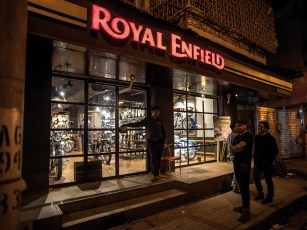 Royal-Enfield-Läden sind hier soziale Begegnungsstätten. Alle Geschäfte folgen dem gleichen Aufbau: In der Mitte ein Tisch, um sich zu treffen und auszutauschen, daneben Platz für die aktuellen Modelle, Bekleidung und Accessoires – und überall ein komplettes Motorrad an der Wand fixiert