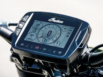 Serie bei der S-Version ist das bunte TFT-Display mit Touchscreen. Es ist mit Handschuh bedienbar, bietet unterschiedliche Anzeigeoptiken und liefert eine klare Menüführung bei der Bedienung der Elektronikausstattung