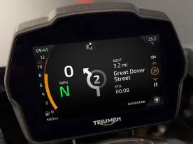 5-Zoll-TFT-Instrument: Die Benutzeroberfläche der neuen Speed Triple 1200 RS wird durch das serienmäßige Connectivity-System aufgewertet. Speed Triple Besitzer haben nun Zugriff auf die Pfeilnavigation im Display über die kostenlose App, die GoPro-Steuerung, die Telefonsteuerung und die Musikbedienung. Der Fahrer kann all dies über die Lenkerarmaturen steuern und hat über den TFT-Bildschirm Zugriff auf alle zugehörigen Informationen