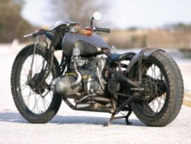 Der verwendete Harley-Wide-Glide-Tank bekam die BMW-typischen, markanten Knieeinlässe an den Seiten verpasst
