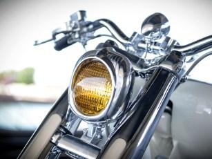 Gelbes Licht als Kontrast zum hellen Erscheinungsbild des Bikes