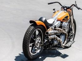 Gerade Sitzhaltung, ein brüllender Motor, klassisches Outfit und ein maximales Drehmoment, das selbst die Kraft einer V-Max in den Schatten stellt. Was für ein Motorrad …