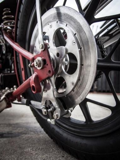 Weil vorn ja auf eine Bremse verzichtet wird, baute Go hinten eine Hurst-Airheart Bremszange mit großer Bremsscheibe ein