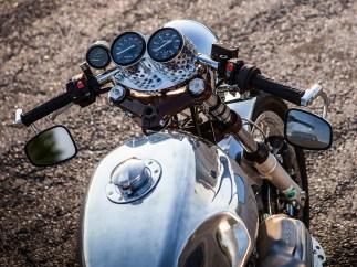 Vieles am Bike, wie den Instrumentenhalter, versieht Rainer mit Lochbohrungen – ganz in der Tradition sportlicher Custombikes