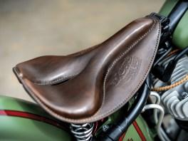 Auch der Sitz gibt sich klassisch und präsentiert sich in geprägtem Leder