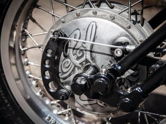 Kunst am Bau: Gravuren verzieren die Bremsankerplatten der vor-deren Trommelbremse
