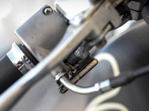 Vorn klemmen kleine LED-Leisten unter den Handhebelarmaturen