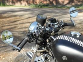 Die Gabelbrücke wurde leicht modifiziert. Gesteuert wird die Yamaha über Tommaselli-Stummel, daran sitzen Lenkerendenspiegel von Louis