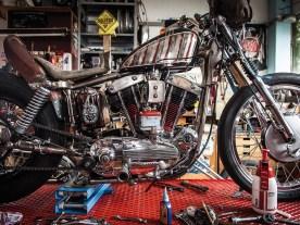 Bastis Schraubermotto spiegelt sich in seinen Fahrzeugen und in seiner Werkstatt. Äußerlich ein abgerocktes Sammelsurium, an dem aber alles seinen festen, aufgeräumten Platz hat