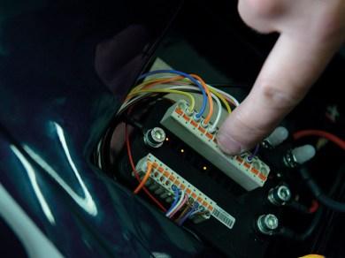 Kabel um Kabel wird aus dem bunten Allerlei ein sauber zusammengefügter Kabelbaum