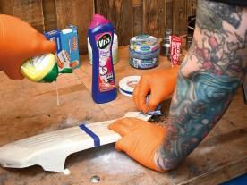 Eine Stufe härter als die Zahncreme soll Scheuermilch die verfärbte Schicht runterkratzen. Wir kleben mittig ab und probieren es aus