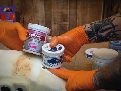 Von der Acrylpolitur begeistert greifen wir zu Metallpolituren und testen Ambassador EMR fein gegen Ecromal