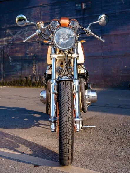Viele Umbauteile hat Walter selbst hergestellt, wie den Kennzeichenträger, die Griffe oder etwa die Bremsstrebe am Hinterrad. Auch die Scheinwerferhalterung hat er selbst entworfen und nach seinen Zeichnungen anfertigen lassen