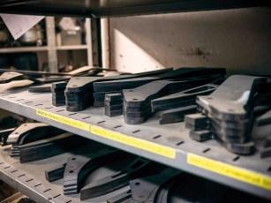 Verscheidene Fenderstruts liegen im Rohzustand sauber aufgereit im Regal und warten auf die Weiterverarbeitung