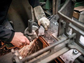 Die Fenderstruts werden für ein neues Heckumbau-Kit vorbereitet und mit der Flex bearbeitet