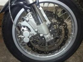 Während Sebastian die Originalgabel überholt, stellt er fest, dass er doch lieber eine Upside-down-Gabel drin hätte. Die holt er sich aus einer Suzuki RGV 250 Gamma. Vorn dreht nun ein 18-Zoll-Speichenrad statt dem 19er