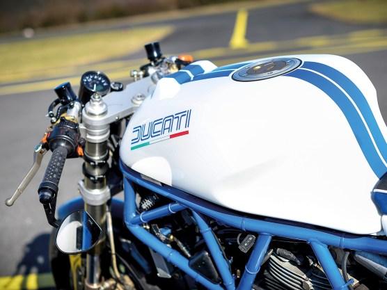 Im Gegensatz zur Gabel sind die Stummel der Ducati nicht mehr original, sondern wurden durch Teile von LSL ersetzt. Den Rahmen hat Rainer gecleant, um ihn anschließend neu erstrahlen zu lassen