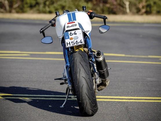 So leicht, so handlich. Die Ducati 900 SS ist schon von Haus aus kein Schwergewicht. Doch nach dem Umbau hat sie weitere Pfunde verloren und giert geradezu danach, in Kurven die volle Performance zu liefern und dem Fahrer ein Lächeln zu entlocken