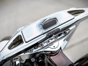 Der breite »Hardline«-Lenker ist eine LMC-Eigenentwicklung, der Tacho wurde direkt integriert. Luftfilter und Auspuffanlage sind Aftermarket-Teile, die passend zu den EIgenbauten ausgewählt wurden