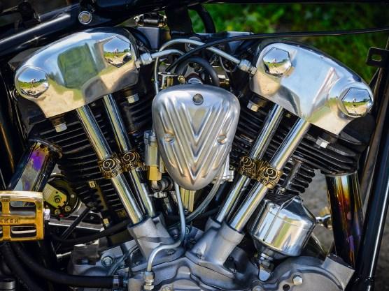 Von der Bigspoke-Softail zum schmalen Chopper führte der Weg der Kundin. Wichtig dabei, die Kiste sollte kompromisslos fahrbar sein. Das begründet auch die Wahl des S&S-Knuckle-Klons als Antrieb, er ist wesentlich wartungsärmer als sein antiker Originalbruder. Der Harley-Rahmen immerhin ist wirklich alt, die Papiere beweisen es