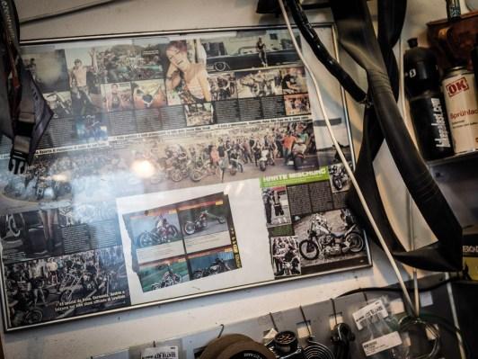 Gesammelte Werke: An der Werkstattwand hängen gerahmte Erinnerungen an Treffen, auf denen Tom war. Oder auch an unseren CUSTOMBIKE-Wettbewerb, an dem er 2014 teilnahm