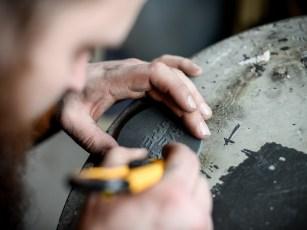 Um dem Aluguss Struktur zu geben, kommt Lack mit einer kleinen Beigabe zum Einsatz. Die raue Oberfläche erfordert aber noch etwas Nachbearbeitung