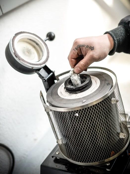 Bei etwa 820° C erreicht das Aluminium die optimale Temperatur. Die Beimischung von Magnesium macht es härter