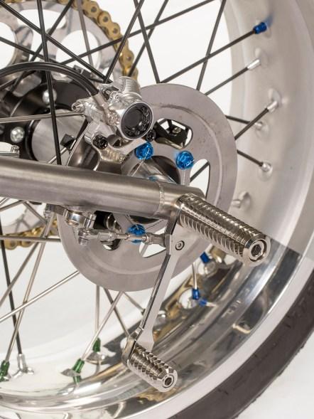 Weiter hinten kann eine Fußrastenanlage nicht verbaut werden. So kann sich der Fahrer schön lang und windschlüpfrig ans Moped schmiegen