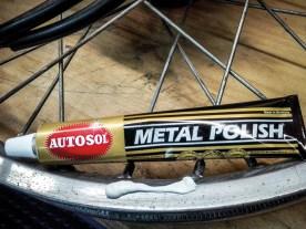 Autosol Metal Polish: Der Klassiker schlechthin erweist sich immer noch als unangefochtener König. Mit keiner glänzt der Chrom satter als mit der guten alten Autosol