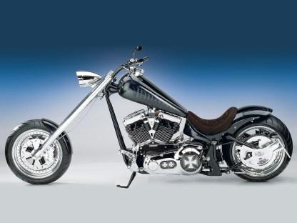 Wolf im Schafspelz, denn mit dem Torquemaster-Aggregat auf Twin-Cam-Basis ist die »V2 Knight« von 2006 mit 1750 Kubik heftig motorisiert. Als Fahrwerk dient der hauseigene Zero-Cool-Rahmen in der Chopperversion, ein 330er-Hinterrad macht das Extrem perfekt