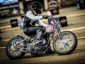 Beim Dirt-Track treten auch Juwelen wie diese Single-Cylinder-Harley an