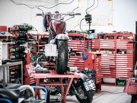 Blick in die Werkstatt, in der fünf Prozent der täglichen Arbeit erledigt wird. Der Rest landet in Paketen beim Kunden, der Teilehandel ist das Kerngeschäft