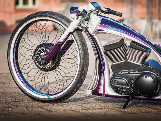 Motorrad- und Fahrradtechnik in Kombination: Die 26-Zollfelge wurde neu eingespeicht und mit einem Nabenmotor versehen. Die Scheibenbremse passt auch an Mountainbikes