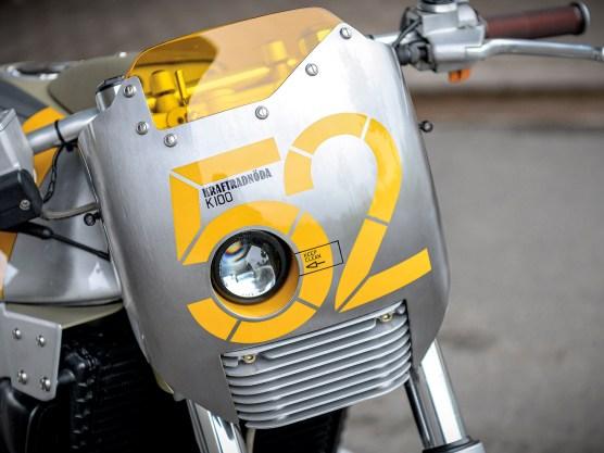 Die Verkleidung mit integriertem Ellipsoidscheinwerfer ist, wie so vieles andere am Motorrad auch, asymmetrisch gehalten