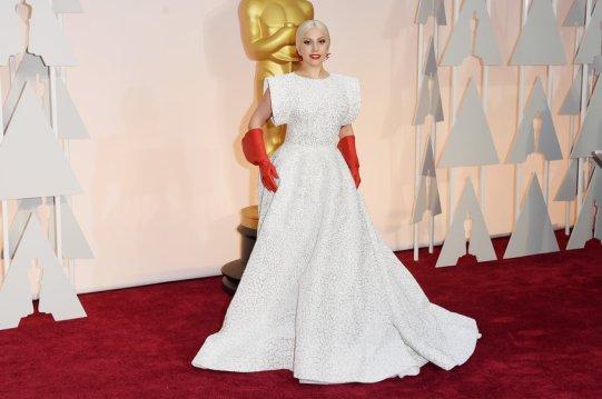 Lady Gaga es Lady Gaga y tiene permitido todo (bueno, casi todo) Para la entrega de los Oscars lució un diseño a medida de Azzedine Alaia que combinó con unos guantes colorados (un regalo). Tal vez, sin los guantes me habría gustado un poco, pero la verdad es que no. :(