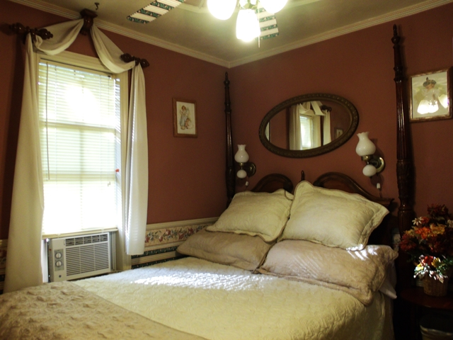 The Coin Harvey bedroom has a pillow top Queen size antique Rice-bed. Your Cabin Rental on Beaver Lake provides excellent pillows and quality linens.