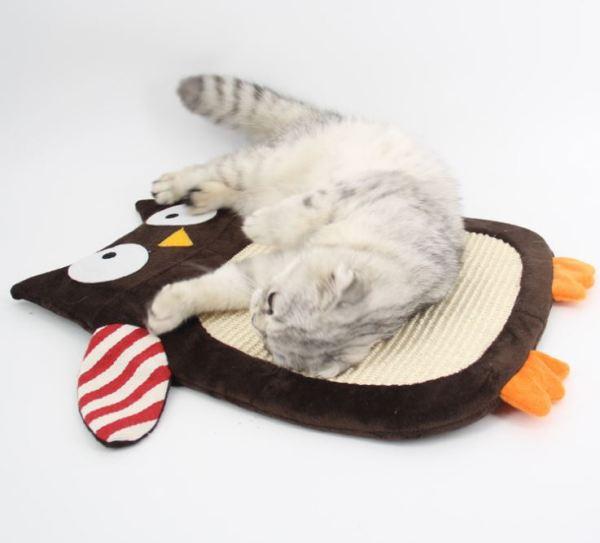 Kat ligt top de Sisal Krabmat voor Katten