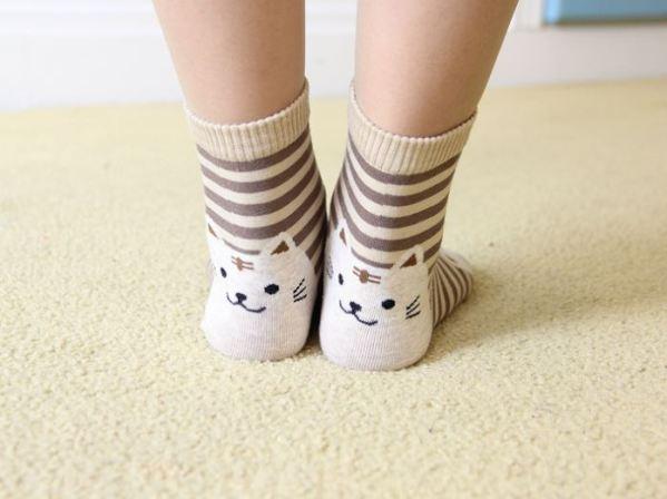Het schattige gezicht op de hak van de Gestreepte Sokken met Kattenprint