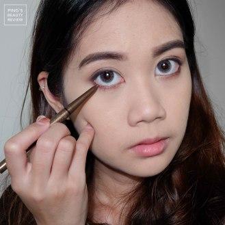 ใช้ดินสอเขียนขอบตาสีน้ำตาลชิมเมอร์ลงที่ขอบตาล่าง