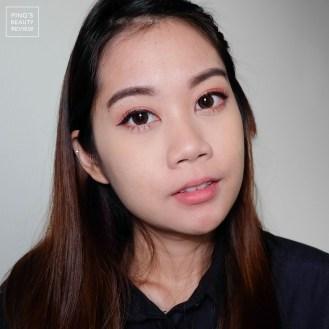 เขียนไลน์เนอร์สีน้ำตาล โดยเขียนให้หางตาดูตกเล็กน้อย เพื่อสร้างลุคใสๆ น่าเอ็นดู จากนั้นดัดขนและปัดขนตา