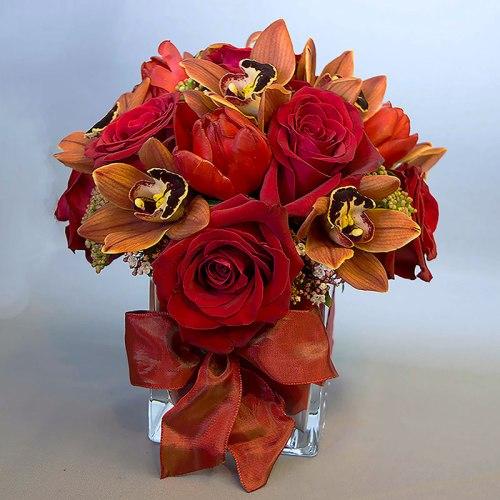 aranžman-crvene-ruže-orhideje-staklena-vaza