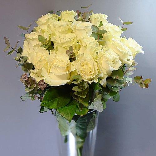 buket-bijele-ruže-sa-zelenilom