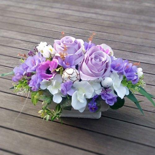 aranžman-umjetno-cvijeće-u-kamenoj-posudi